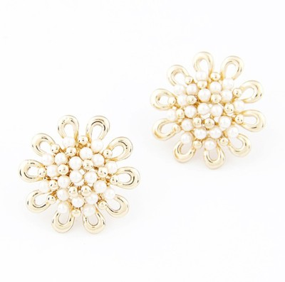 Cilver Fashion Flowers With Small Pearls Alloy Stud Earring